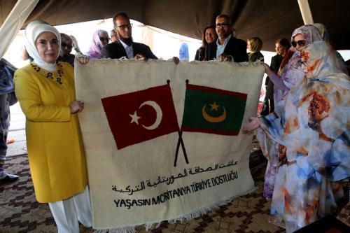 Emine Erdoğan Maarif Vakfı Kız Okulu'nu ziyaret etti