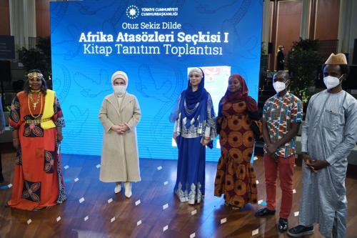 """Emine Erdoğan, """"Otuz Sekiz Dilde Afrika Atasözleri Seçkisi 1"""" kitabının tanıtım programına katıldı"""